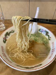 俺の昼飯 ラーメン持ち上げバージョンの写真・画像素材[2011271]