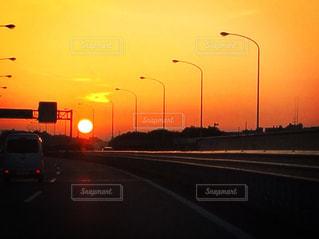 朝焼けの高速道路の写真・画像素材[2025838]