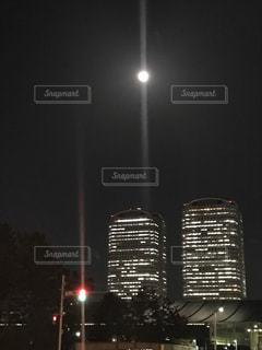 ビルとと月の写真・画像素材[2046322]