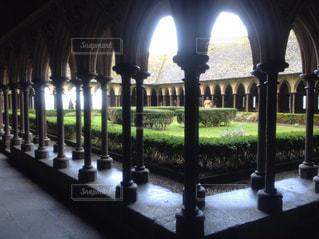 モンサンミッシェルの回廊から見た中庭の写真・画像素材[2109136]