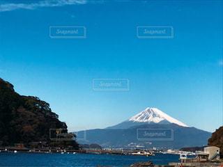 海の向こうに見える富士山の写真・画像素材[2109138]