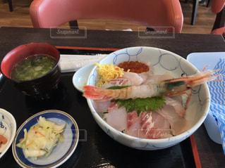 テーブルの上の皿の上の食べ物のボウルの写真・画像素材[2109246]