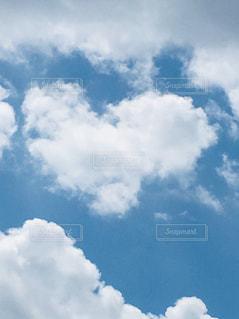 ハートの雲がほんわかな感じの写真・画像素材[2096066]