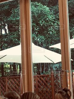 パラソルと大きな窓のレストランの写真・画像素材[2096119]