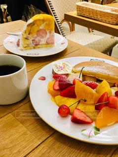 フルーツパンケーキとマンゴーケーキの写真・画像素材[2129568]