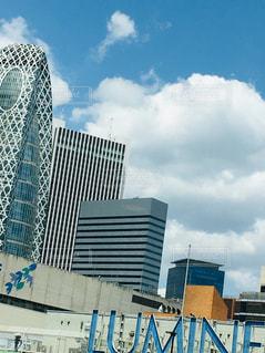 新宿駅と青空と雲とLUMINEの写真・画像素材[2129593]
