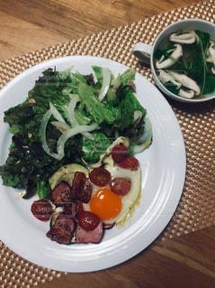 サラダ朝食と燻製ベーコン目玉焼き、しいたけと豆苗のスープ。の写真・画像素材[2168074]