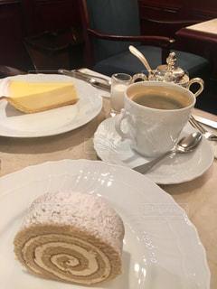 モカロールとチーズケーキの写真・画像素材[2171049]