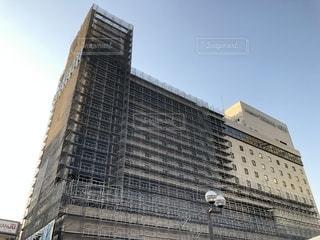 建物の側面に時計がある大きな背の高い塔の写真・画像素材[2128588]