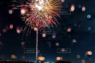 雨の日の打ち上げ花火の写真・画像素材[2018080]