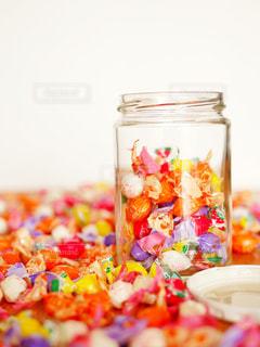 テーブルいっぱいのお菓子のクローズアップの写真・画像素材[2136067]