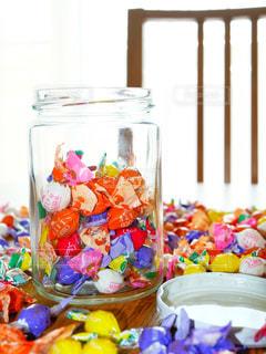 テーブルの上にあるたくさんのアメ、チョコの写真・画像素材[2136068]