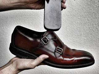 黒い靴を履いた足のペアの写真・画像素材[2288773]