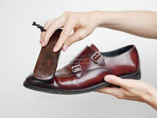 靴磨きをしている手の写真・画像素材[2288774]