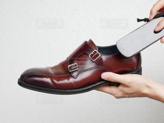靴磨きをしている手の写真・画像素材[2288775]