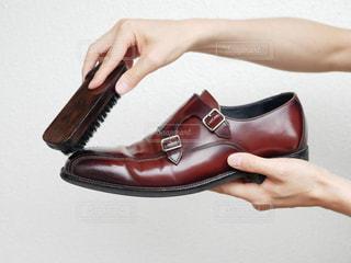 革靴を磨いている手の写真・画像素材[2288777]