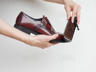 靴磨きをする手の写真・画像素材[2288908]