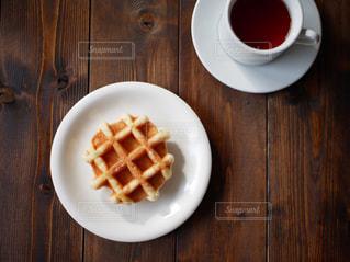 木製のテーブルの上の食べ物の皿の写真・画像素材[2842979]