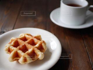 食べ物の皿とコーヒー1杯をクローズアップするの写真・画像素材[2842980]