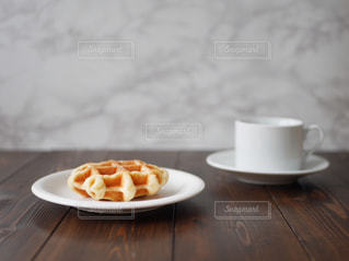 テーブルの上の食べ物の皿の写真・画像素材[2842978]