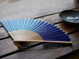 テーブルの上に置いた扇子の写真・画像素材[3595489]