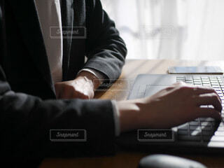 ノートパソコンの前に座っている男性の写真・画像素材[4081111]