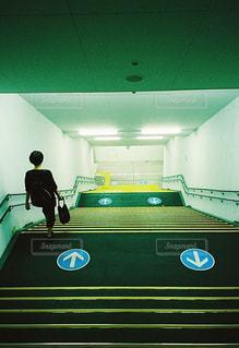 階段を降りる人の写真・画像素材[2301945]