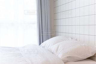 朝のベッドルームの写真・画像素材[2051600]
