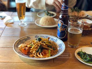 食品とテーブルの上のビールのグラスのプレートの写真・画像素材[1312217]