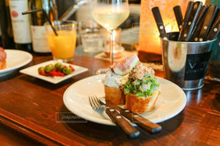 木製のテーブル、板の上に食べ物のプレートをトッピングの写真・画像素材[1317396]