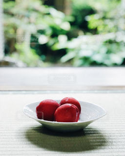 テーブルの上に座ってフルーツ ボウルの写真・画像素材[1360989]