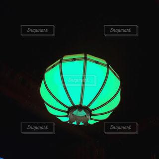 暗闇の中の明るい光の写真・画像素材[2086613]