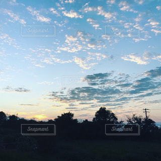 日が沈むの写真・画像素材[2025151]
