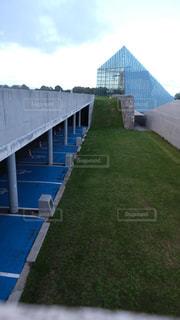 ピラミッドと駐車場の写真・画像素材[2388210]