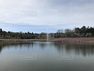 湖と噴水の写真・画像素材[2071425]