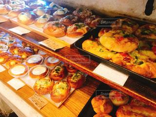 テーブルの上に食べ物の束の写真・画像素材[1289740]