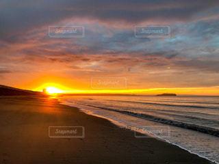 ビーチから昇る朝日の写真・画像素材[2182633]