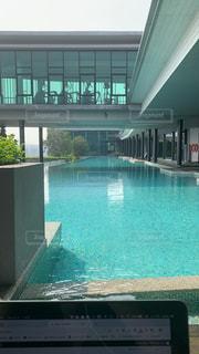 クアラルンプールのコンドミニアム屋上プールの写真・画像素材[2030336]