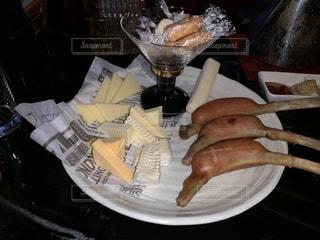 テーブルの上に食べ物のプレートの写真・画像素材[2080589]