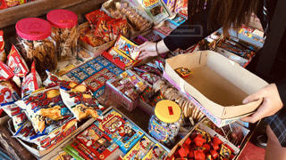 駄菓子屋さんでお買い物の写真・画像素材[2032340]