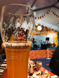 一杯のビールをテーブルの上にの写真・画像素材[2101619]