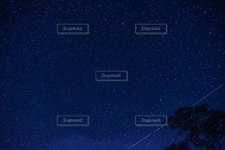 星の流れる夜空の写真・画像素材[2034415]