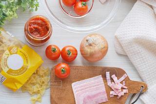 テーブルの上の食べ物の皿の写真・画像素材[2849555]