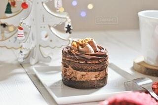 テーブルの上にあるケーキの写真・画像素材[3976889]