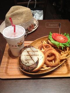 木製のテーブルの上に座っている食べ物の皿の写真・画像素材[2090119]