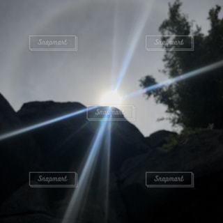 暗闇の中の虹の写真・画像素材[2230420]