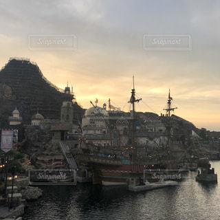 水域の中の大きな船の写真・画像素材[2230426]