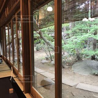 大きな窓の眺めの写真・画像素材[4414407]