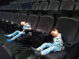 映画館で爆睡の写真・画像素材[2036908]