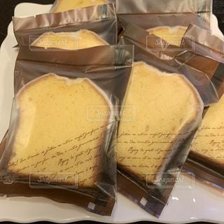 パウンドケーキのラッピングの写真・画像素材[2151807]